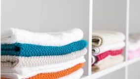 在亚麻制壁橱的毛巾 免版税图库摄影