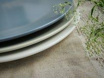 在亚麻制毛巾的表面无光泽的板材,食物照片支柱 免版税图库摄影