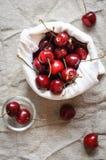 在亚麻制袋子,平的位置的樱桃 库存照片