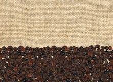 在亚麻制织品的烤咖啡豆 库存图片