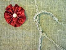 在亚麻制织品的红色丝带 免版税库存照片
