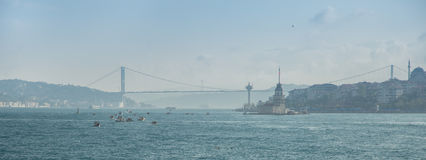 在亚洲和欧洲之间的博斯普鲁斯海峡桥梁 博斯普鲁斯海峡海峡  伊斯坦布尔,土耳其 库存照片