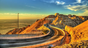 在亚贝尔Hafeet山顶部的路 库存图片