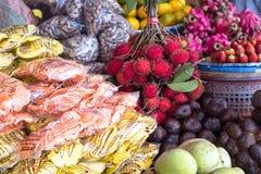 在亚洲市场上的新鲜的红毛丹果子 免版税库存照片