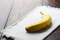 在亚麻布的香蕉 库存图片