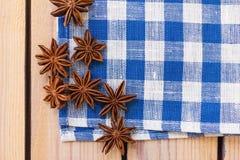 在亚麻布餐巾的茴香 免版税库存图片
