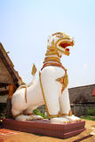 在亚洲样式的狮子雕象 免版税库存图片