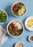 在亚洲样式的素食午餐桌-米,面条,菜混乱油炸物,煮沸的鸡蛋 在匙子的一个干早餐 免版税库存图片