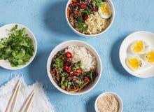 在亚洲样式的素食午餐桌-米,面条,菜混乱油炸物,煮沸的鸡蛋 在匙子的一个干早餐 库存图片