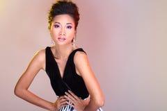在亚洲美丽的黑色开放肩膀晚礼服舞会礼服 免版税图库摄影