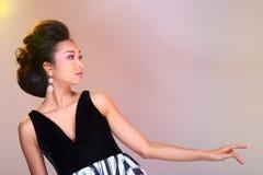 在亚洲美丽的黑色开放肩膀晚礼服舞会礼服 图库摄影