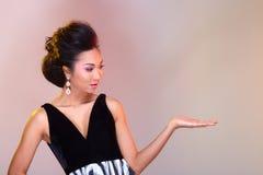 在亚洲美丽的黑色开放肩膀晚礼服舞会礼服 免版税库存图片