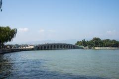 在亚洲,中国,北京,颐和园, 17曲拱桥梁,一个历史大厦 免版税库存照片