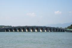 在亚洲,中国,北京,颐和园, 17曲拱桥梁,一个历史大厦 库存图片