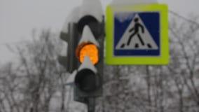 在交叉点开关的斯诺伊交通信号灯 股票视频