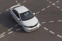 在交叉点的汽车有标号的 免版税库存照片