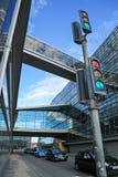 在交叉点的汽车有红绿灯的在哥本哈根 psd 库存图片