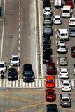 在交叉点的私有和公开汽车 免版税库存照片