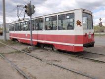 在交叉点的老电车 库存图片