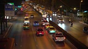 在交叉路的堵车在街市在晚上 在大道的运输壅塞在夜间下班时间 影视素材