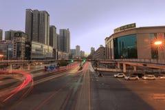 在交叉路的巨大的步行桥在黎明 免版税库存图片