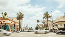 在交叉路的旅游交通好莱坞大道的 洛杉矶旅游胜地自白天 E 免版税库存照片