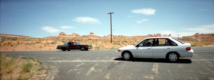 在交叉路的汽车 库存照片
