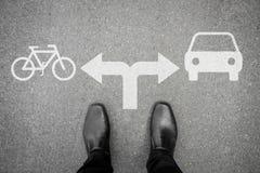 在交叉路的黑鞋子-自行车或汽车 库存图片
