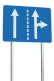 在交叉路连接点,前面向右转的出口的适当的车道,被隔绝的蓝色路标,白色箭头,路旁标志 图库摄影