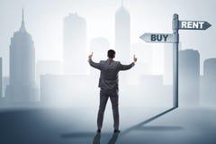 在交叉路betweem购买和租赁的商人 免版税图库摄影