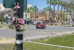 在交通事故中丧生的人的纪念花圈 免版税图库摄影