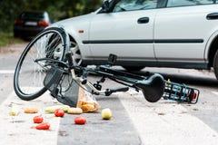 在交通事故以后的被碰撞的自行车 库存照片