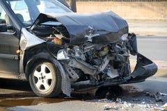 在交通事故介入的汽车 免版税库存照片