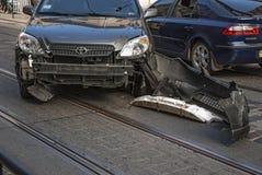 在交通事故以后的损坏的汽车 免版税库存图片