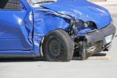 在交通事故破坏的汽车的轮子 免版税库存照片