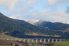 在交通前的高速公路 免版税库存图片