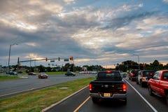 在交通困住的汽车在交叉点 免版税库存照片