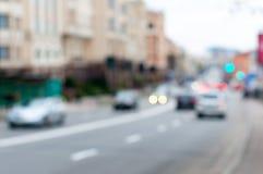 在交通在交叉点,城市的被弄脏的汽车 免版税库存照片