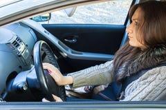 在交通堵塞困住的恼怒的妇女司机 免版税库存照片