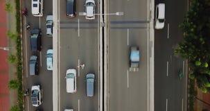 在交通堵塞的拥挤汽车在高速公路 股票录像