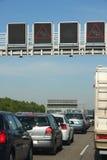 在交通堵塞的汽车在高速公路 免版税库存图片