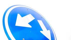 在交通标志的两个箭头 免版税库存图片