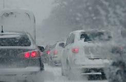 在交通麻烦的车在极端冬天情况的路 免版税库存照片