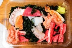 在交付箱子的生鱼片 库存照片