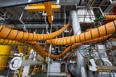 在产业工作的供气水管,当开放出入孔或工作在局限的空间区域 免版税库存照片