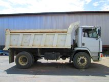 在产业的老白色卡车 库存照片