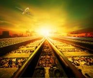 在产业运输sta的铁路轨道和货机飞行 免版税库存照片
