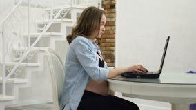 在产假期间,一名孕妇参与事务 股票视频