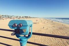 在亨廷顿海滩码头的双筒望远镜 库存图片