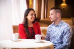 在享受互相的咖啡馆的夫妇时间消费 库存图片
